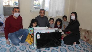 5 çocuklu ailenin televizyon sevinci