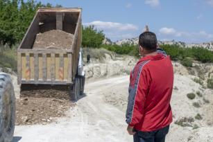 Mut'ta üreticilerin yolu onarıldı