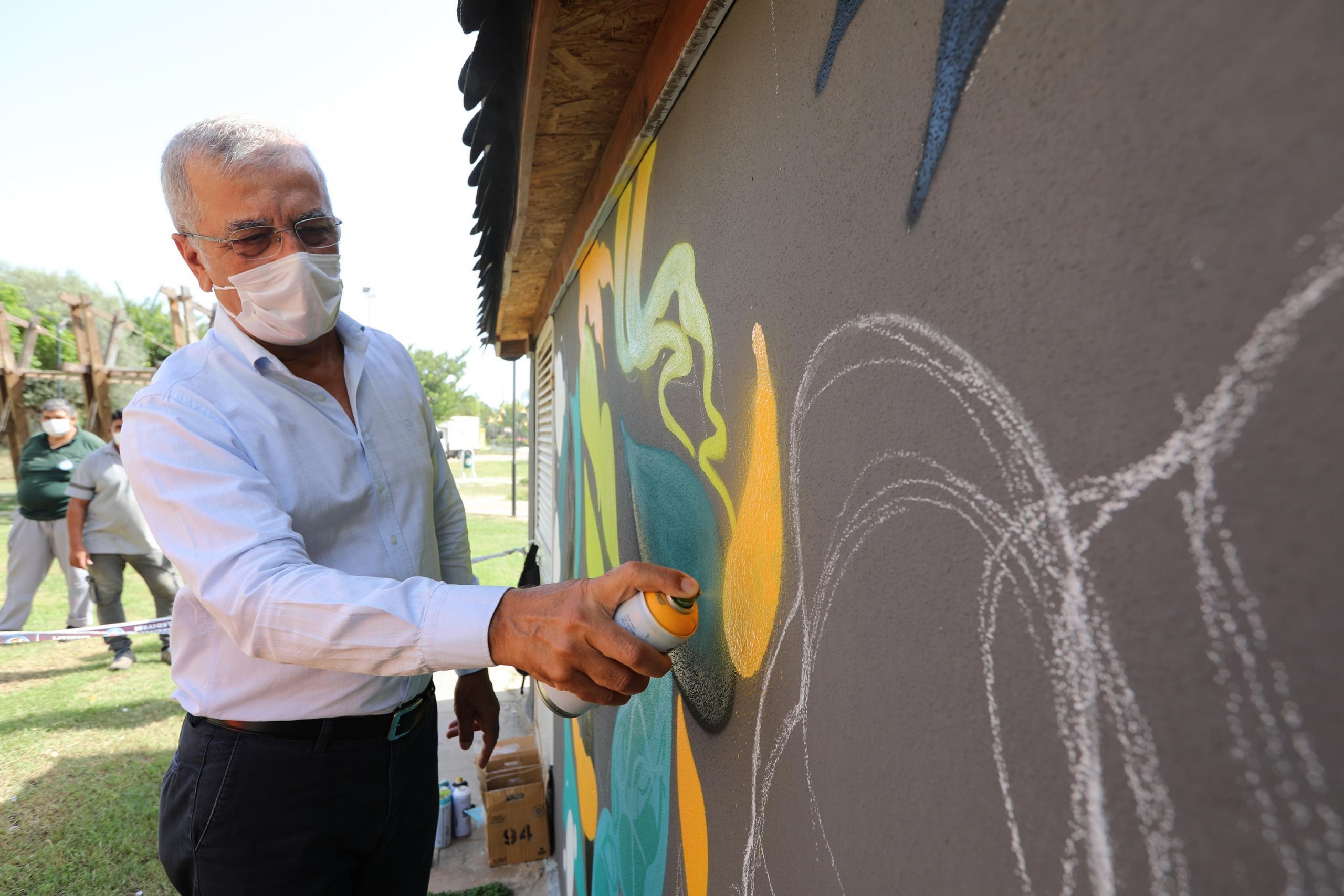 Demokrasi Meydanının duvarları grafiti ile renkleniyor