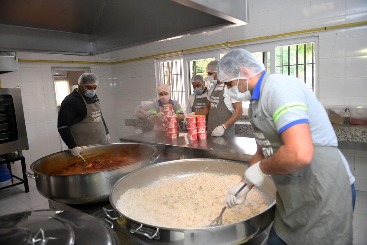 Yenişehir Belediyesi Aşevinden evlere yemek servisi