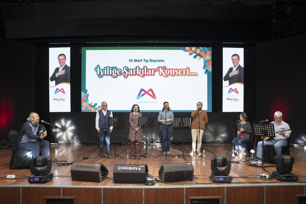 Mersin'de sağlıkçılar 'İyiliğe Şarkılar Konseri'nde sahne aldı