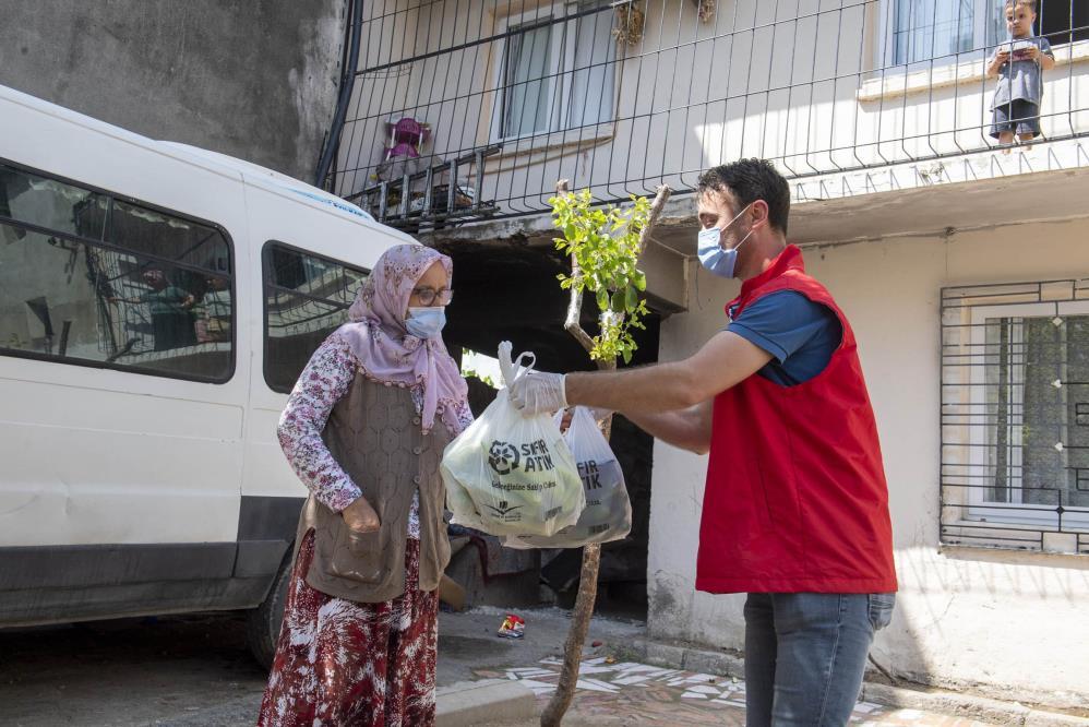 Üreticinin elinde kalan sebzeler, dar gelirli vatandaşlara dağıtılıyor